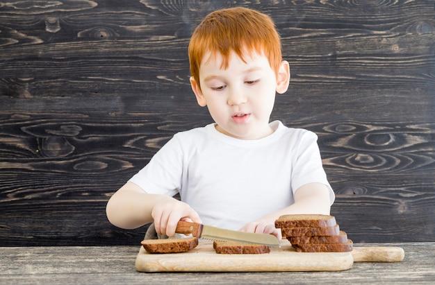 Мальчик с буханкой хлеба