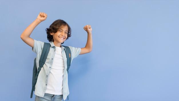 Мальчик с рюкзаком и копией пространства
