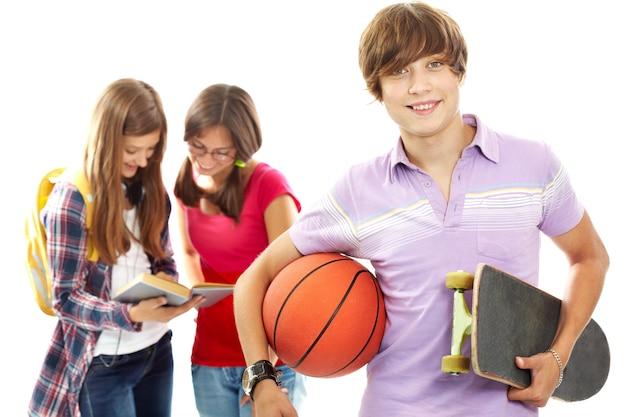 Ragazzo con il basket e lo skateboard