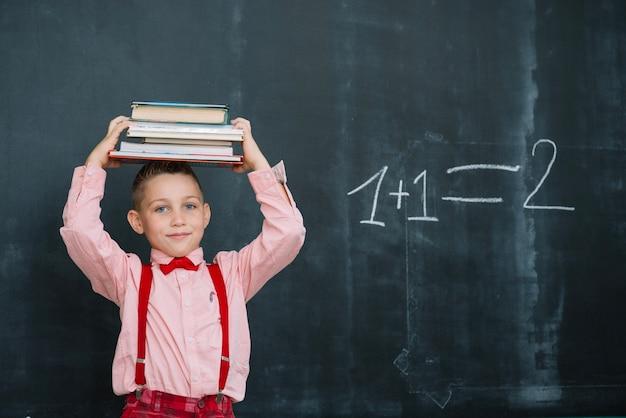 Мальчик с книгами на голове