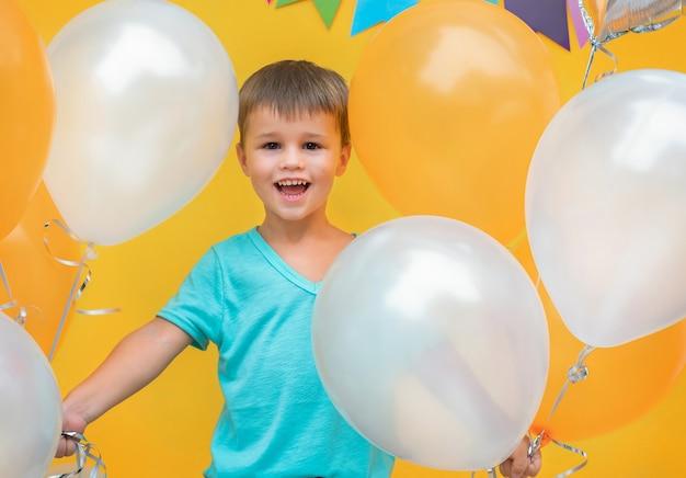 カラフルな風船を持つ少年