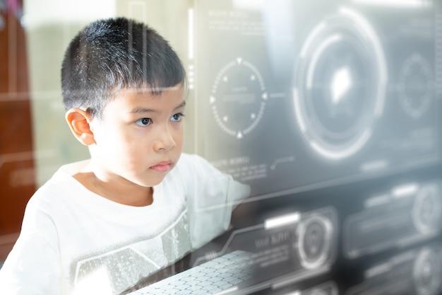 가정 학교 교육 및 기술에서 온라인으로 학습하는 컴퓨터와 미래형 홀로그램을 가진 소년