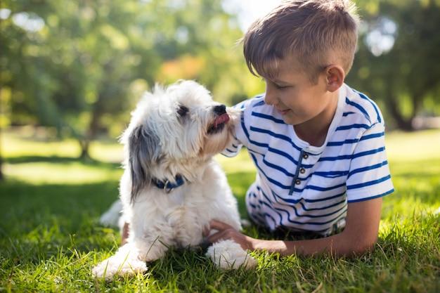 公園で犬を持つ少年