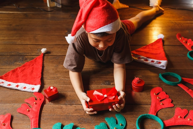 クリスマスの日にギフトボックスを持つ少年