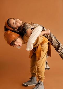 Мальчик с девушкой едут спиной к спине