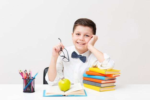 Ragazzo con gli occhiali tempo di lezione