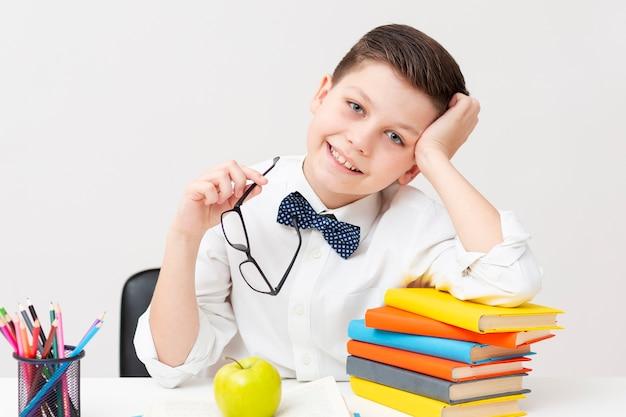 Мальчик в очках читает