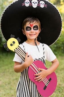 ハロウィーンの衣装を持つ少年