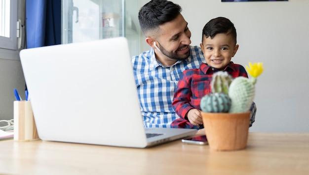 노트북 책상에 그의 아버지와 소년