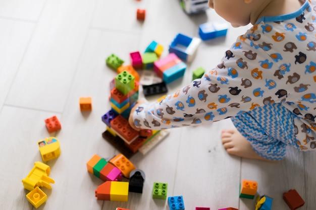 男孩和妈妈在五彩缤纷的建筑套件中玩耍