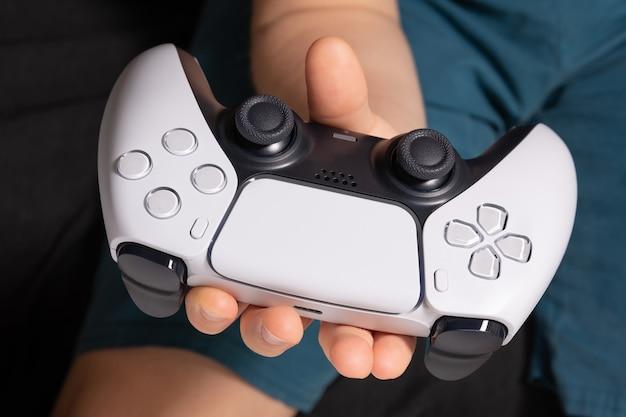 Мальчик с контроллером нового поколения в руках