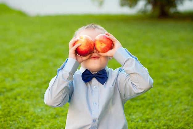 公園で桃を持つ少年