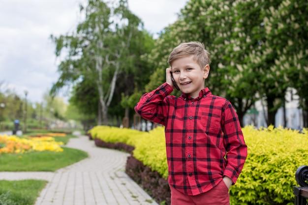 電話を持つ少年
