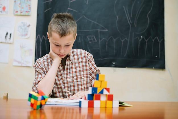 Ragazzo con puzzle leggendo
