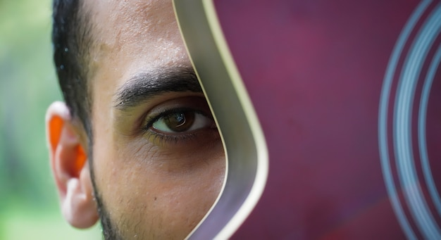 Мальчик с красной гитарой закрыть глаза