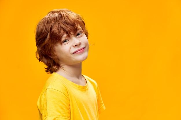 Мальчик с рыжими волосами гримасничает изолированные
