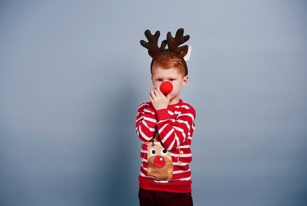 Мальчик с оленьими рогами и красным носом