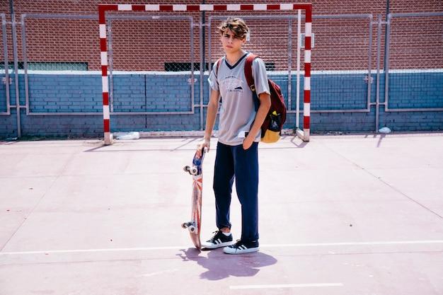 스케이트 보드와 소년
