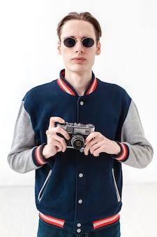 Мальчик в темных очках с фотоаппаратом