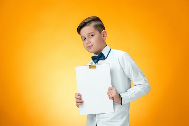 ノートのためのタブレットを持つ少年