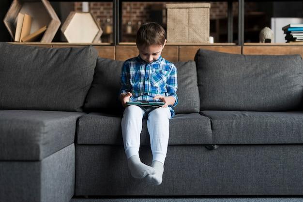 소파에 태블릿 소년