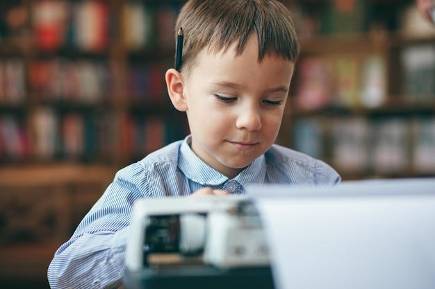 Мальчик с пишущей машинкой