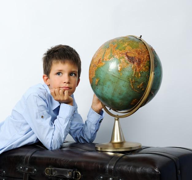 Мальчик со старинным глобусом