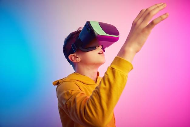 Мальчик в очках виртуальной реальности