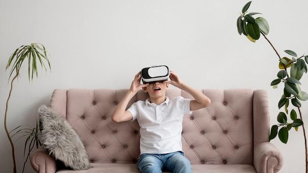 仮想現実のヘッドセットを持つ少年