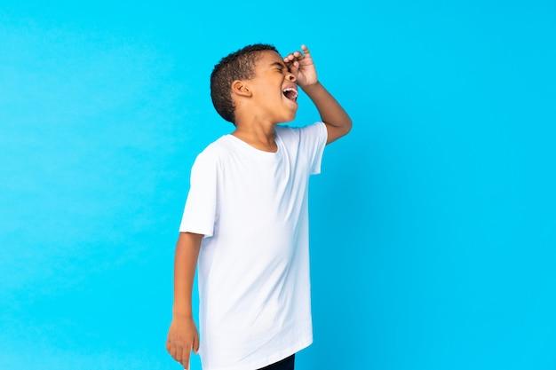 アフリカ系アメリカ人のboyblue背景は何かを実現し、解決策を意図しています