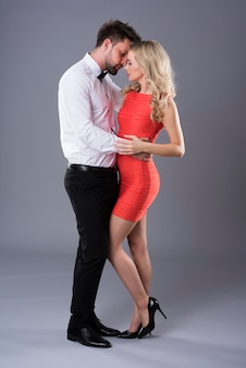 Парень и девушка обнимают друг друга