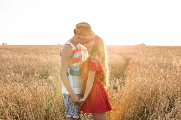들판에서 키스하는 남자친구와 여자친구