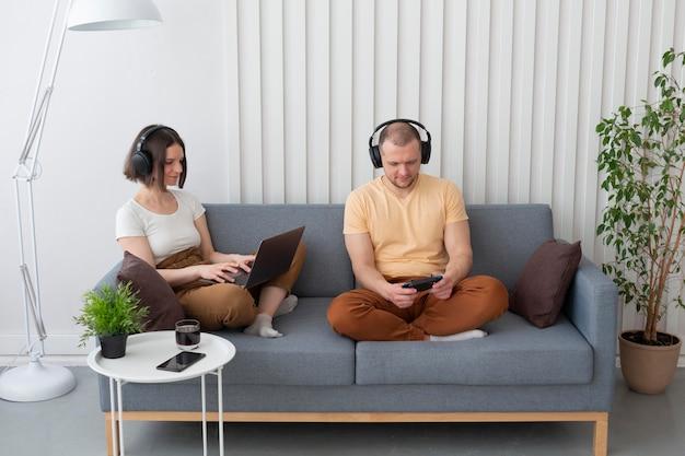 ビデオゲームをしているボーイフレンドとガールフレンド