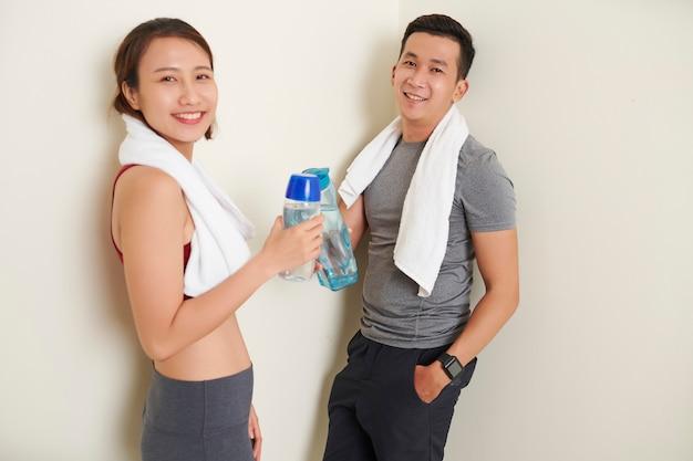 ボーイフレンドとガールフレンドと水のボトル