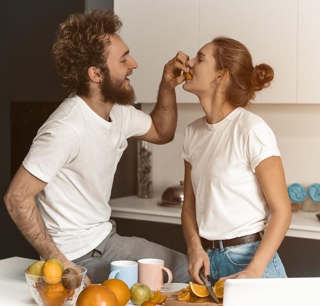Парень кормит свою девушку или ухаживает за ней.