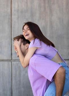 Il ragazzo e la ragazza sono affettuosi all'aperto