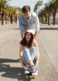 Ragazzo e ragazza che hanno divertimento all'aperto