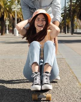 Fidanzato e fidanzata divertendosi