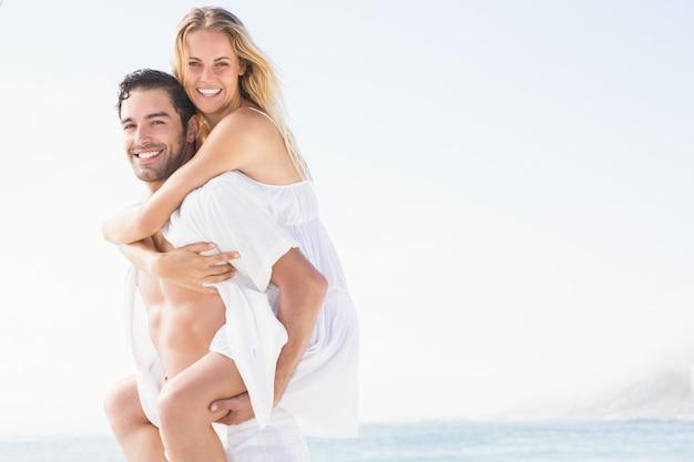 ガールフレンドに貯金箱を与えるボーイフレンド