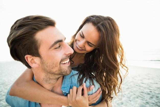 彼氏がガールフレンドに貯金箱を返す