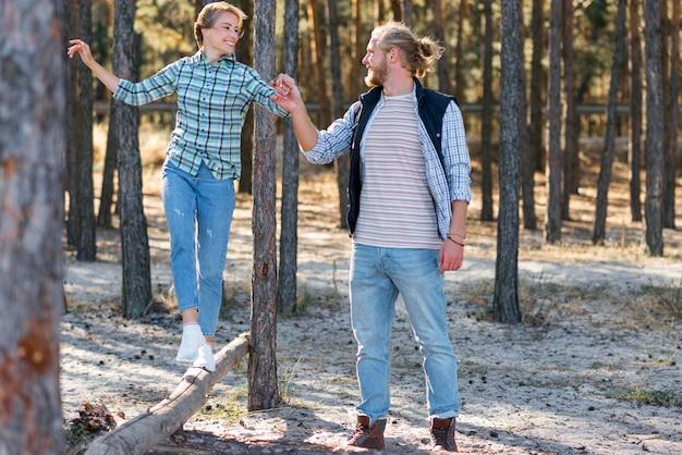 自然の中で彼のガールフレンドの手を握っているボーイフレンド