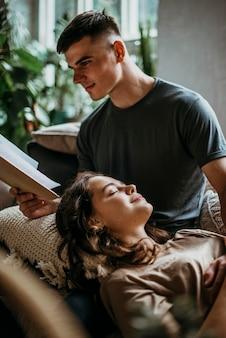 Парень читает историю любви для своей девушки