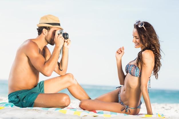 ガールフレンドの写真を撮るボーイフレンド
