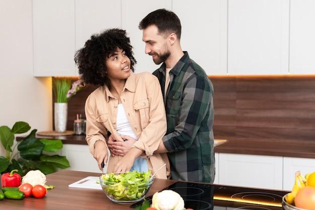 女性の料理と彼女のboyfrinedを見て