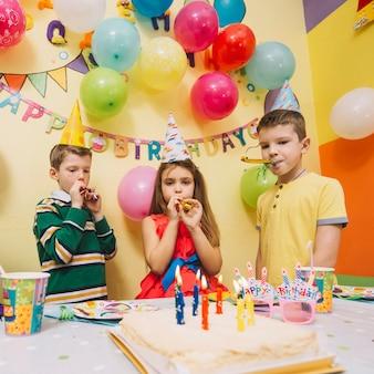 男の子、女の子、パーティー、角笛
