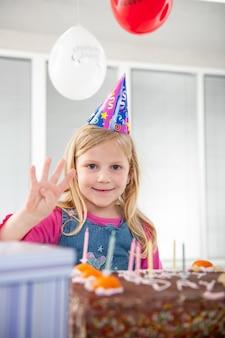 誕生日パーティーを楽しんでいる男の子と女の子