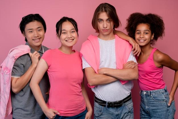 ピンクでポーズをとる男の子と女の子
