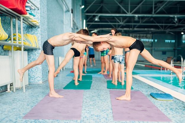 수영장 근처 쌍에서 낚시를 좋아하는 운동을하는 소년.