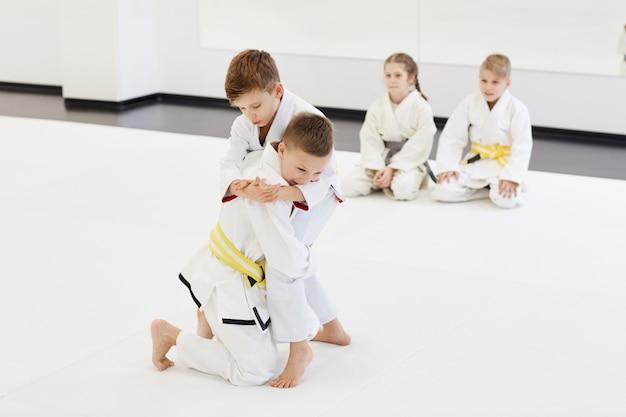 Мальчики борются на соревнованиях