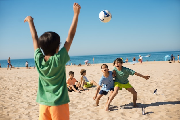 Ragazzi che combattono per la palla quando giocano a calcio